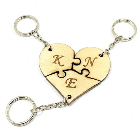 Τριπλό wooden heart puzzle keychain with engraving of your favorite monograms